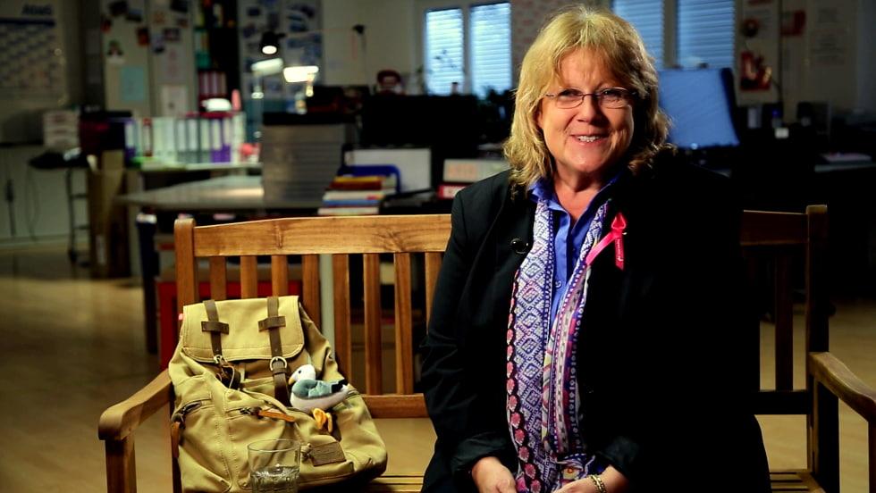 Renate Haidinger spricht auf der Supportbank über Brustkrebs